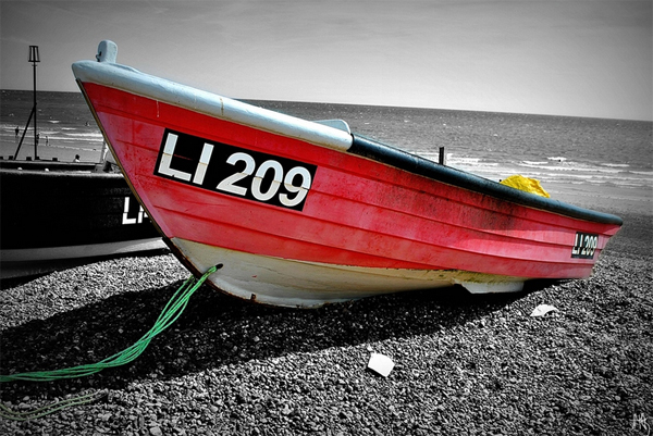 23-red-boat-beack-black-white