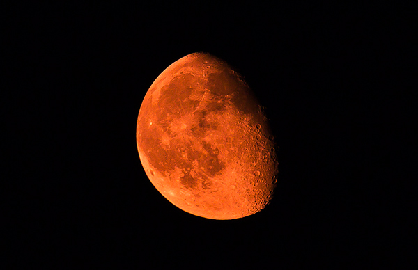 Every night, just one hour out of 24 is the optimal time for photographing the moon! Photo by Imtiaz Ahmed
