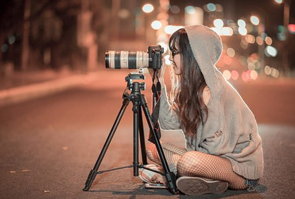 girl with camera with detachable lens